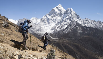 Nepal, Solo Khumbu, Everest, Sagamartha National Park, Mountaineers hiking the Himalayas - ALRF01259