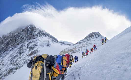 Nepal, Solo Khumbu, Everest, Sagamartha National Park, Roped team ascending, wearing oxigen masks - ALRF01262