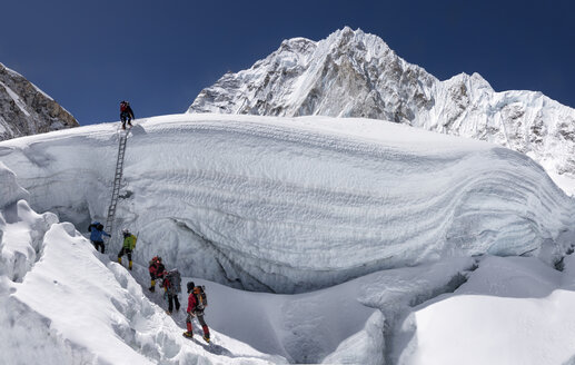 Nepal, Solo Khumbu, Everest, Sagamartha National Park, Mountaineers climbing icefall - ALRF01268