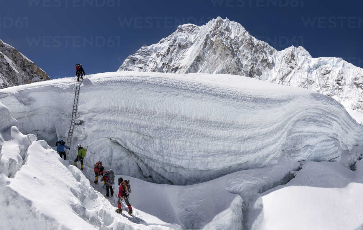 Nepal, Solo Khumbu, Everest, Sagamartha National Park, Mountaineers climbing icefall - ALRF01268 - Alun Richardson/Westend61
