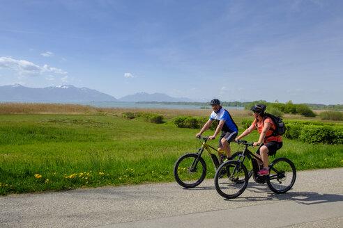 Germany, Upper Bavaria, Seebruck, Chiemgau, Chiemsee, cyclists - LBF01952