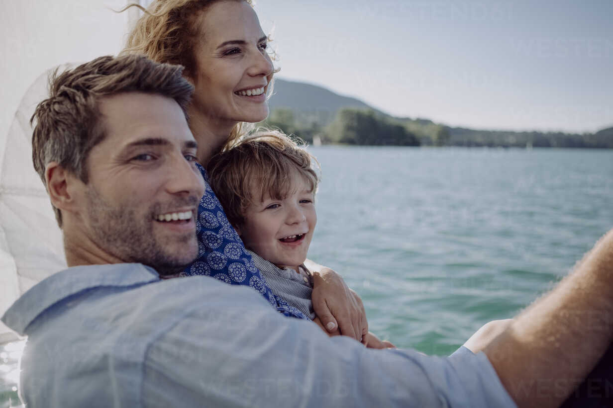 Happy family on a sailing trip - JLOF00067 - Johanna Lohr/Westend61