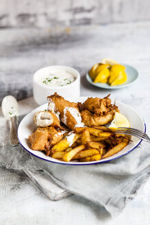Classic english fish and chips with tartare sauce - SBDF03583
