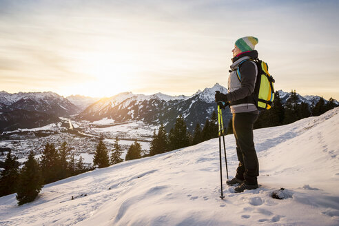 Young female hiker looking out from mountainside, Reutte, Tyrol, Austria - CUF26748