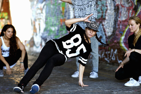 Young woman breakdancing - CUF27593