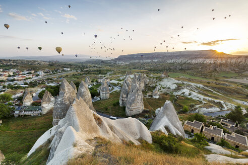 Turkey, Anatolia, Cappadocia, hot air ballons near Goereme at sunrise - FPF00176