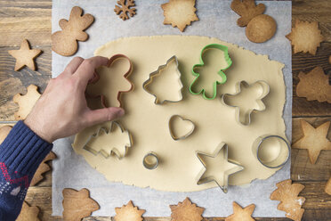 Making christmas cookies with mold - SKCF00502