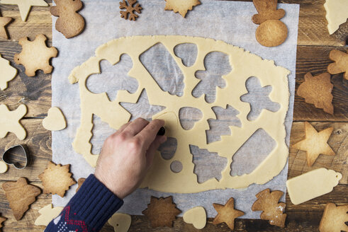 Making christmas cookies with mold - SKCF00505