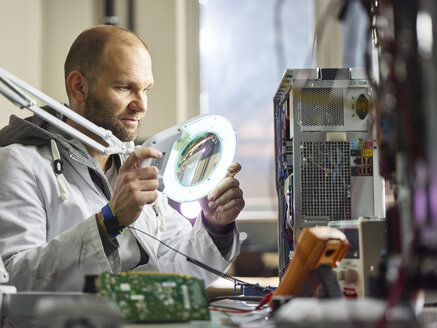 Technician working in electronic laboratory - CVF00760