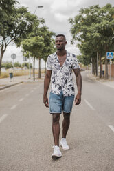 Young man walking in the street - ACPF00016