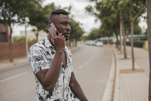 Young man in the city, standing in the street, talking on the phone - ACPF00019