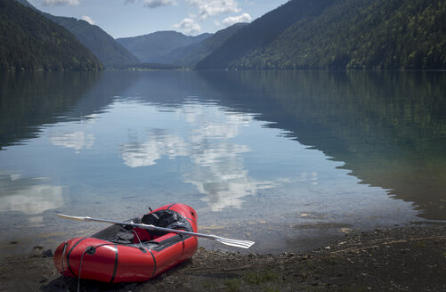 Austria, Carinthia, Weissensee, empty inflatable boat - EJWF00882