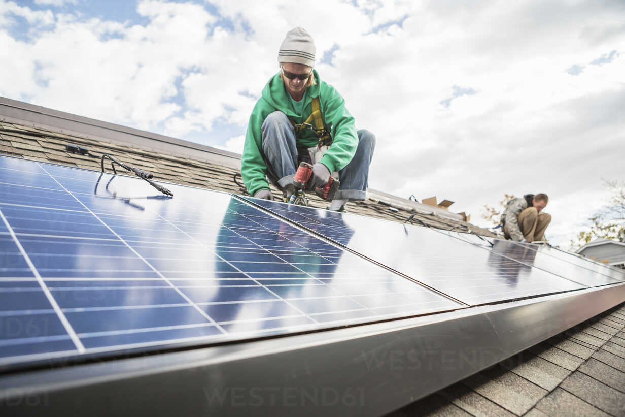Construction crew installing solar panels on a house - ISF10226 - heshphoto/Westend61