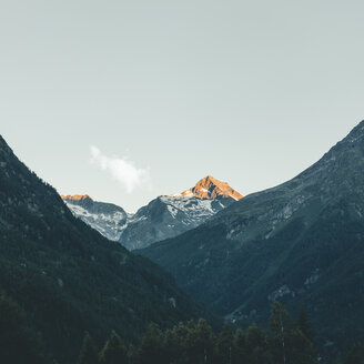 Italy, Lombardy, Chiesa in Valmalenco, mountaintop in the morning light - DWIF00927