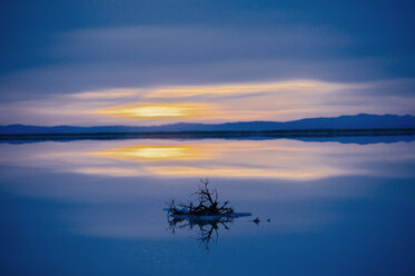 Reflection pool of horizon over water, blue evening sky and sunset, Bonneville, Utah, USA - ISF10945