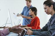 Business people in brainstorming meeting - ISF11044