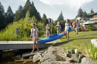 Friends going canoeing in lake, Seattle, Washington, USA - ISF11290