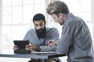 Business people in brainstorming meeting - ISF11608