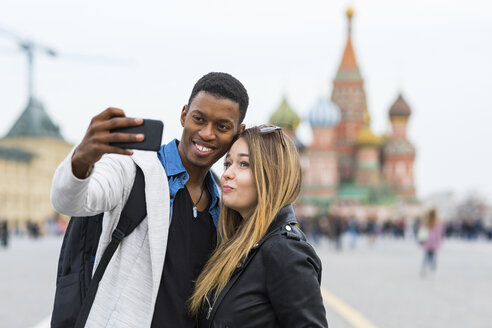Russia, Moscow, couple taking a selfie and smiling - WPEF00422