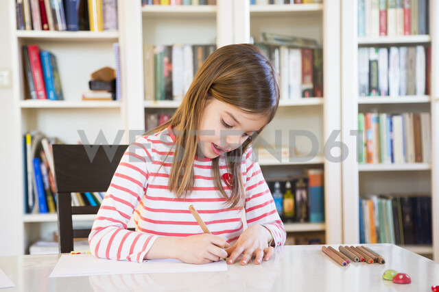 Little girl painting at home - LVF07128