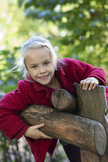 Portrait of smiling blond girl in autumn - JFEF00880