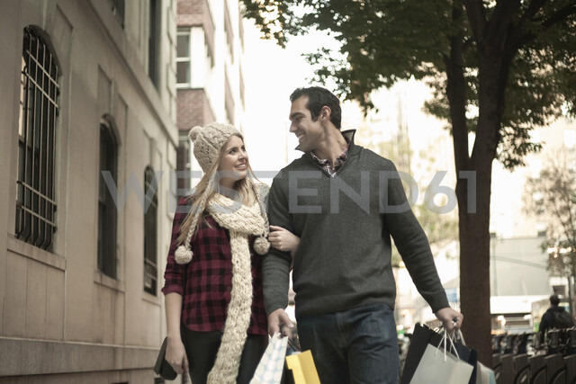 Young tourist couple arm in arm, New York City, USA - CUF33951 - Seb Oliver/Westend61