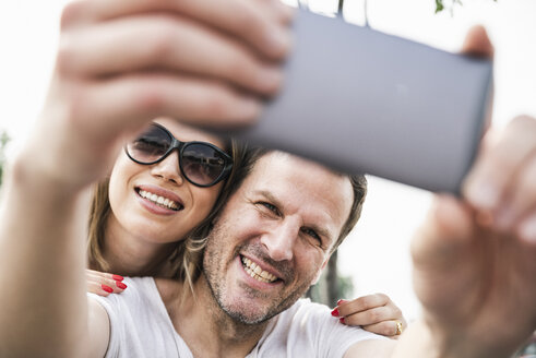 Happy couple taking a selfie outdoors - UUF14295