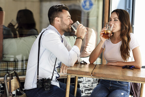 Couple having a drink at an outdoor bar in the city - JSMF00301