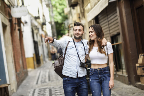 Tourist couple walking and exploring the city - JSMF00304