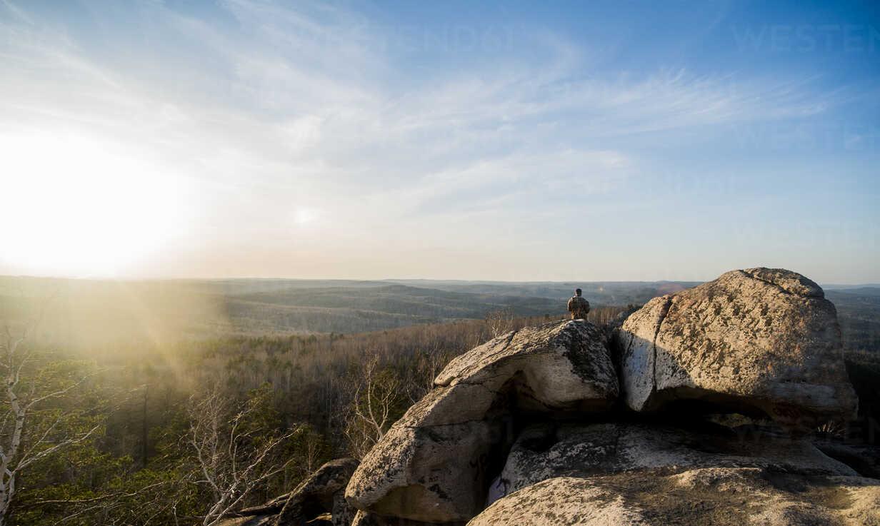 Young male hiker on top of rock formation - CUF36368 - Aleksander Rubtsov/Westend61
