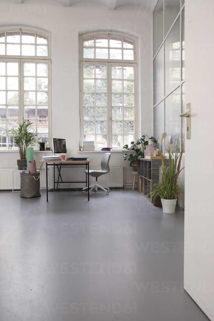 Interior of a business loft office - FKF02942 - Florian Küttler/Westend61