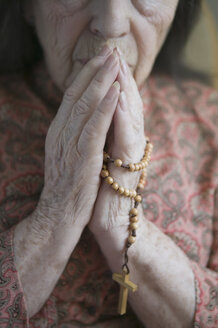 Senior woman praying with rosary - ISF14544