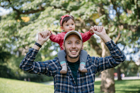 USA, New York, Father with baby girl on his shoulders walking through Central Park - GEMF02095