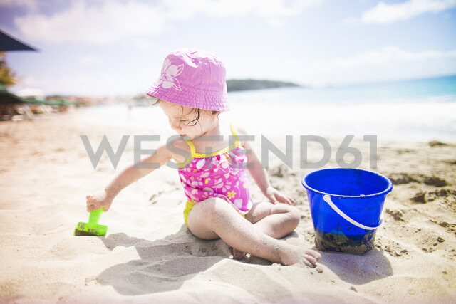 Baby playing on sandy beach with bucket and spade - ISF14903 - Chad Springer/Westend61