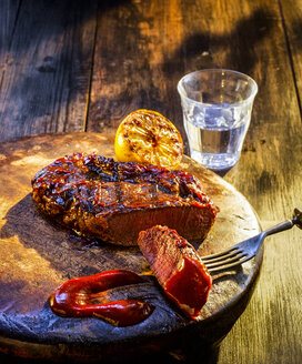 Medium rare beefsteak with barbecue sauce - KSWF01932