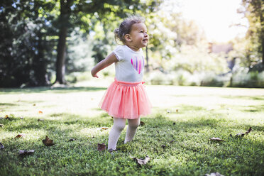 Baby girl playing in garden - ISF16063