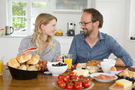 Couple eating at kitchen table - CUF39030