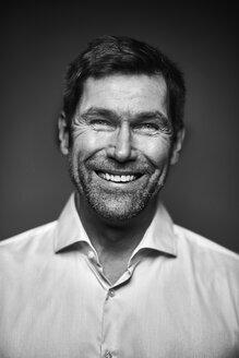 Portrait of smiling man, black and white - MMIF00184