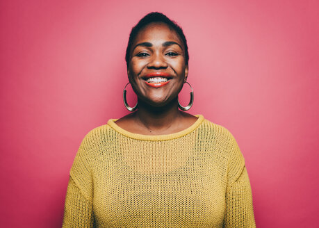 Portrait of smiling mid adult woman against pink background - MASF08339