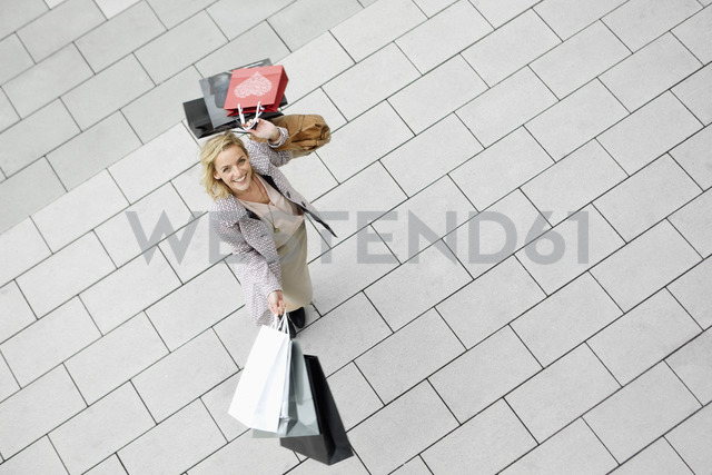 Portrait of mid adult woman with abundance of shopping bags - CUF40540 - Annie Engel/Westend61
