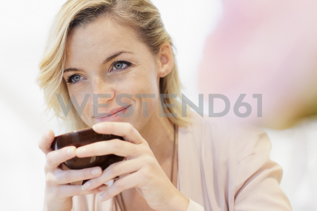 Portrait of mid adult woman with cup of coffee - CUF40552