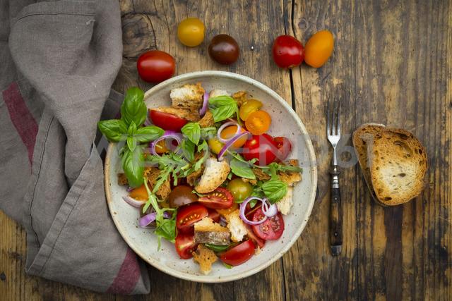 Panzanella made of roasted Ciabatta, rocket, red onions, tomatoes and basil - LVF07271