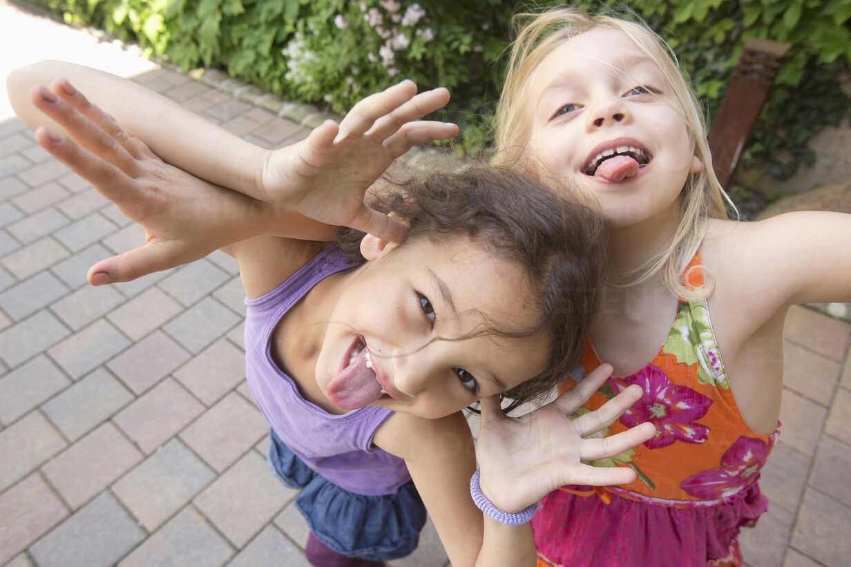Two girls pulling faces - CUF41480 - Severin Schweiger/Westend61