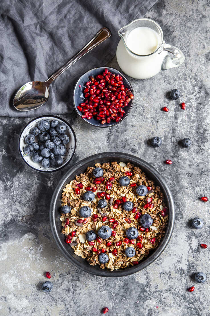 Bowl of muesli with blueberries and pomegranate seed - SARF03843 - Sandra Roesch/Westend61