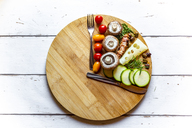 Vegetables on round chopping board, symbol for intermittent  fasting - SARF03857