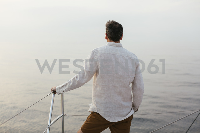 Marure man on catamaran, looking ta view - EBSF02597 - Bonninstudio/Westend61