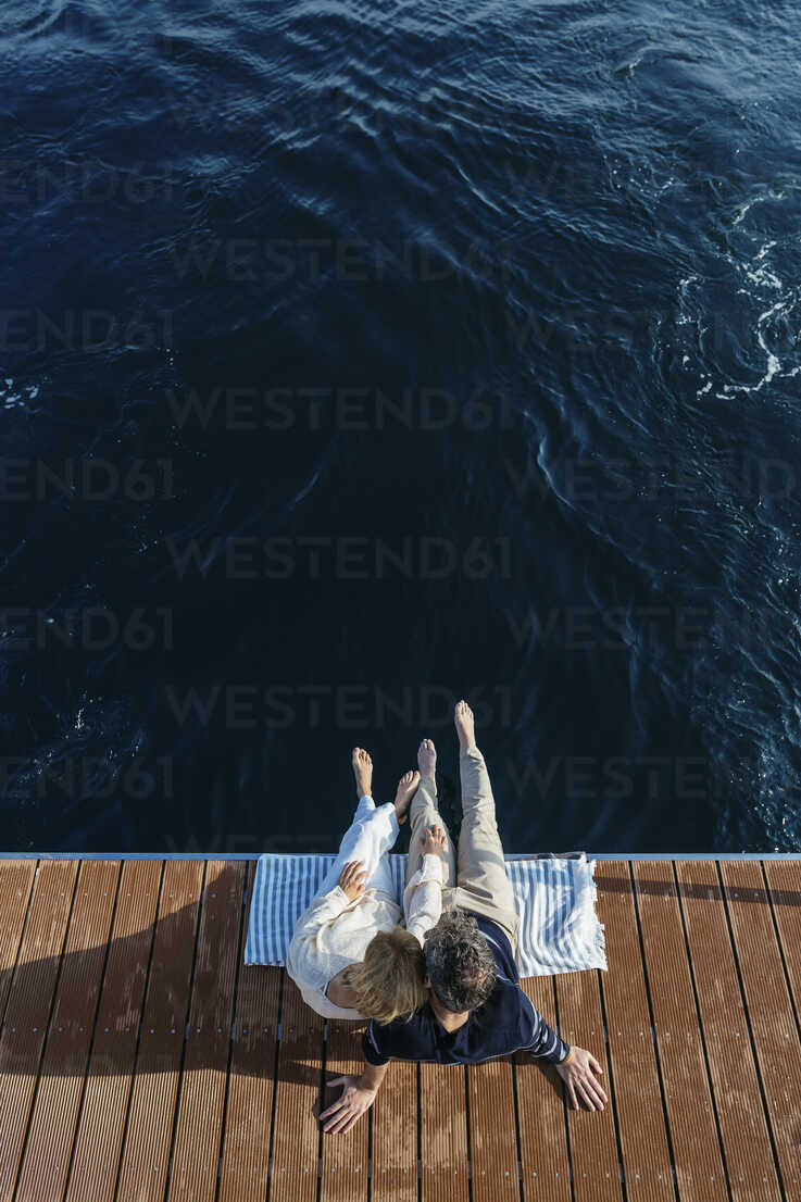 Mature couple sitting on jetty, relaxing at the sea - EBSF02645 - Bonninstudio/Westend61