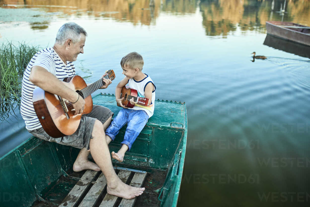 Grandfather teaching grandson playing guitar - ZEDF01499 - Zeljko Dangubic/Westend61