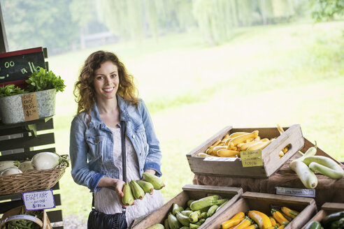 An organic fruit and vegetable farm. A young woman sorting vegetables. - MINF00367