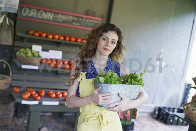 An organic farm stand. A woman sorting vegetables. - MINF00385